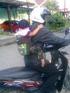 Boba nyaman sekali untuk menggendong saat menggunakan motor